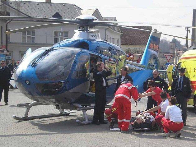 Zraněného řidiče transportoval vrtulník.