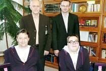Nad sportovci Leošem Lacinou (vlevo) a Radkem Procházkou stojí ředitel léčebny Václav Volejník a starosta města Luže Radek Zeman (vpravo).