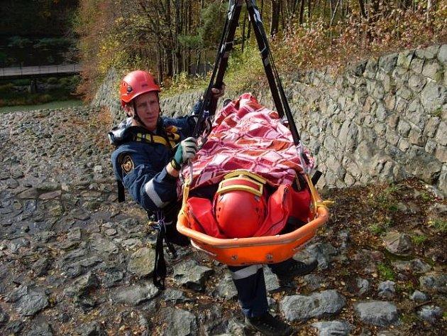 Hasiči ze stanice Seč trénovali záchranu osoby, která spadla do přepadu Sečské přehrady.
