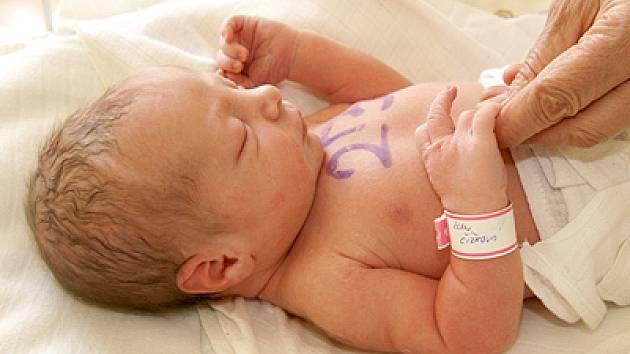 Holčička i matka jsou označeny stejným číslem. Miminko, které si nese do života jméno Elen Čížková, má na pravé ruce náramek se jménem, který jí maminka sundá až doma.