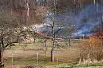 Hasiči musí na jaře pravidelně likvidovat požáry vzniklé při vypalování suché trávy.