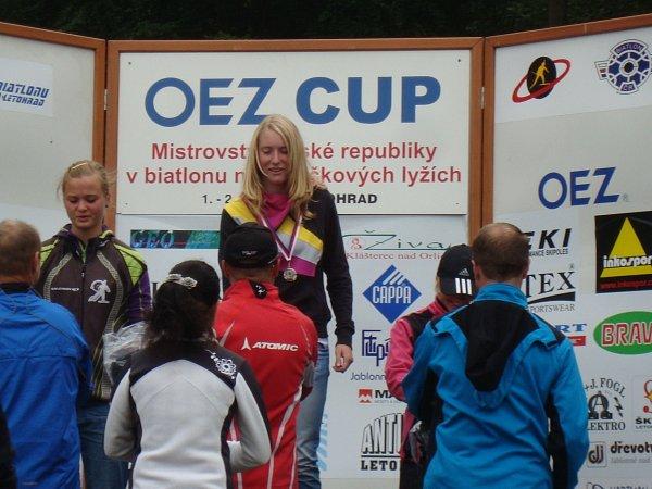 ANNA TKADLECOVÁ se stala dorosteneckou mistryní ČR vletním biatlonu na kolečkových lyžích.