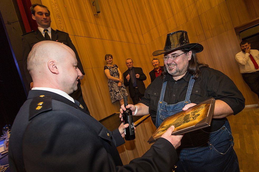Sbor dobrovolných hasičů z Blatna se veselil na maškarním plese