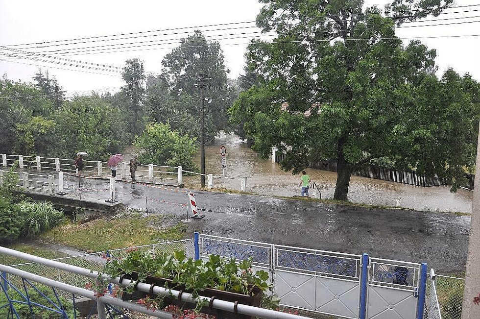 Voda v Řestokách se vylila do ulic.