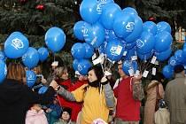 Nad chrudimské náměstí se vznesly balónky s přáníčky pro Ježíška.