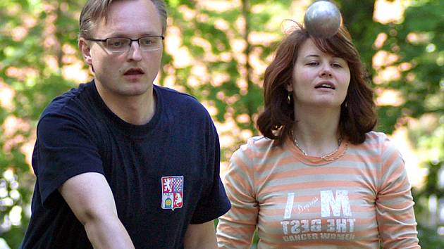 Původem francouzská hra pétanque přilákala do Městského parku v Chrudimi i krajského radního Miloslava Macelu s manželkou.