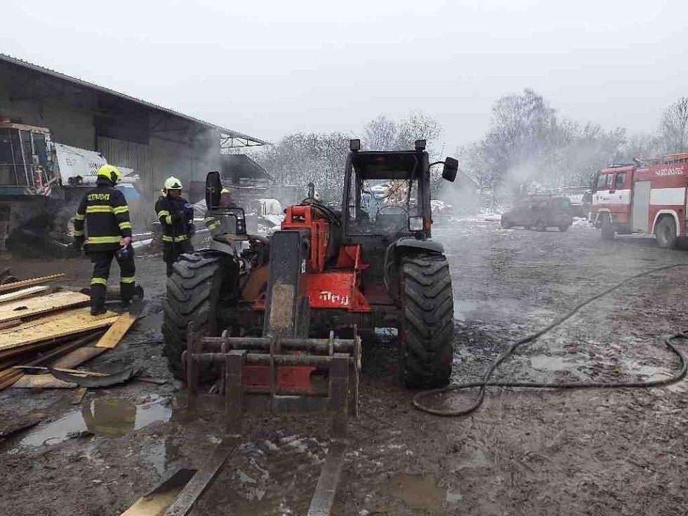 Požár nakladače ve Lhotě u Skutče