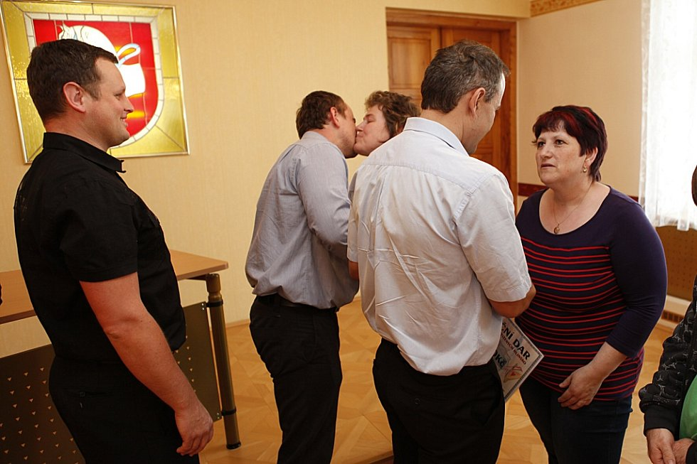 Pořadatelé Benefičního plesu v Hlinsku předali výtěžek 75 tisíc korun organizaci Fokus Vysočina a Svazu tělesně postižených v Hlinsku. Předávání se zúčastnil i senátor PČR za Chrudimsko Jiří Veleba, který benefiční akci zaštiťoval.
