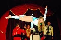 Akrobaté předvedou různé kousky.