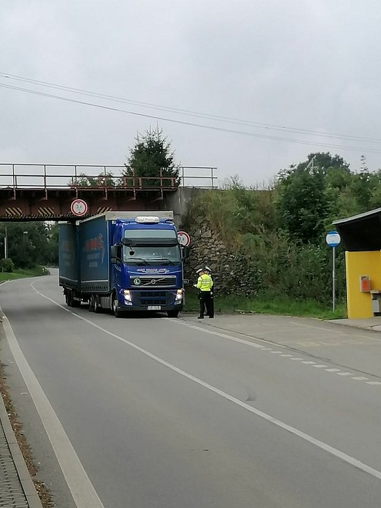 Řidiči kamionu v pátek dopoledne chyběly v Holetíně čtyři centimetry, aby projel. Nevyšlo to.