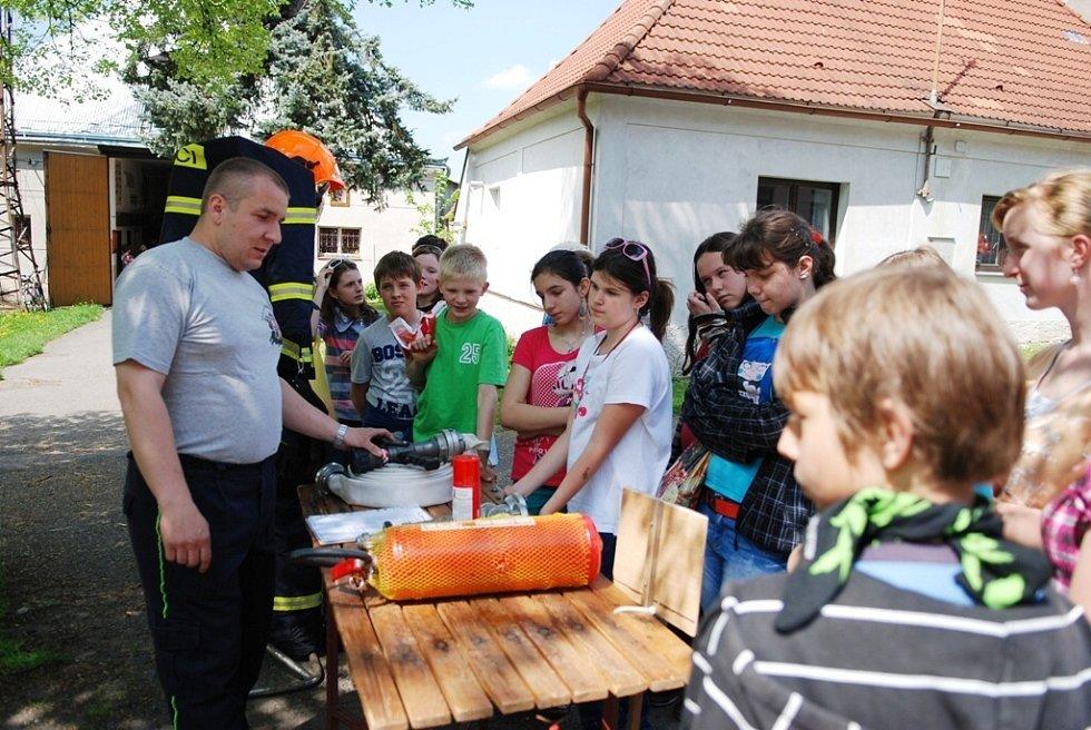 Hasiči SDH Ronov předvedli školákům z místní základní školy, jak se chovat při mimořádných událostech.