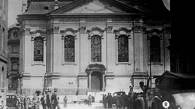 Chrám sv. Cyrila a Metoděje (v letech okupace sv. Karla Boromejského) krátce po poledni 18. června 1942.