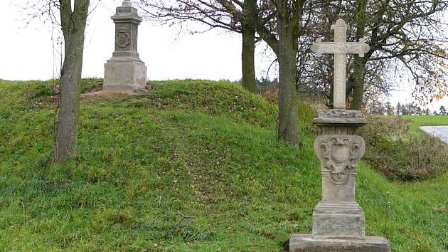 Město Slatiňany úspěšně zrealizovalo opravu dvou zchátralých křížků nad Škrovádem.