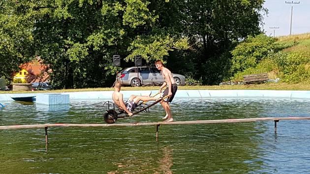 Licomělická lávka: Pády do vody jsou samozřejmostí