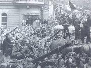 Že by návrat okupace? Na Reselově náměstí se objevil tank.