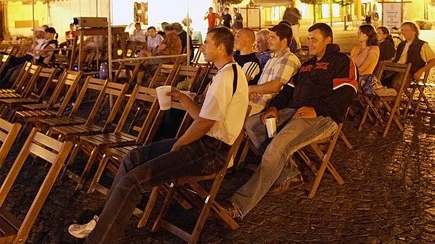 HUDBA Z MARSU. Několik desítek diváků vyrazilo v pátek večer na hlavní chrudimské náměstí, kde v rámci letních filmových projekcí zadarmo běžela satirická hudební veselohra z roku 1955 režisérů Jána Kadára a Elmara Klose Hudba z Marsu.