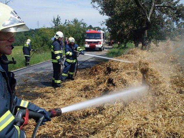 Z traktoru ve Smrčku padala hořící sláma.