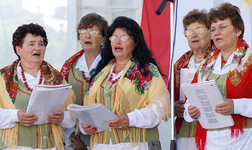 """Sobotní """"Polsko – slovenský jarmark"""" na Resselově náměstí přilákal mnohé milovníky folklórní hudby."""