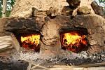Výpal keltské keramiky v takzvané dvoukomorové peci, který uspořádalo keltské sdružení Boii na zahradě chrudimského gymnázia, je ojedinělým experimentem tohoto druhu.