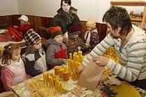 Vánoční medový trh se otevřel návštěvníkům a hned se těšil značnému zájmu ze strany obyvatel města.