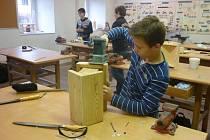 Výroba ptačí budky na Základní škole Resslova v Hlinsku.