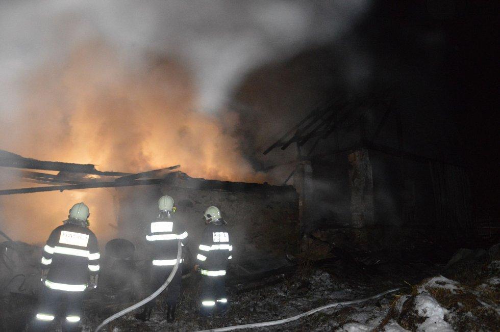 Hasiči krotili plameny na střeše domu v Horním Bradle.