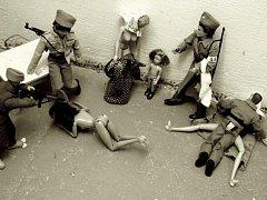 Snímky znázorňují třeba hledání šperků a znásilňování žen v žateckých kasárnách.