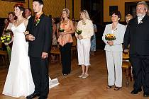 První svatební obřad v rytířském sále.