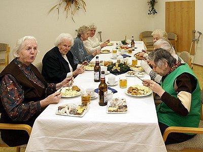 Klienti Centra sociálních služeb a pomoci si o Štědrém večeru pochutnali na jídle, které jim jako každoročně věnovala sponzorská firma.
