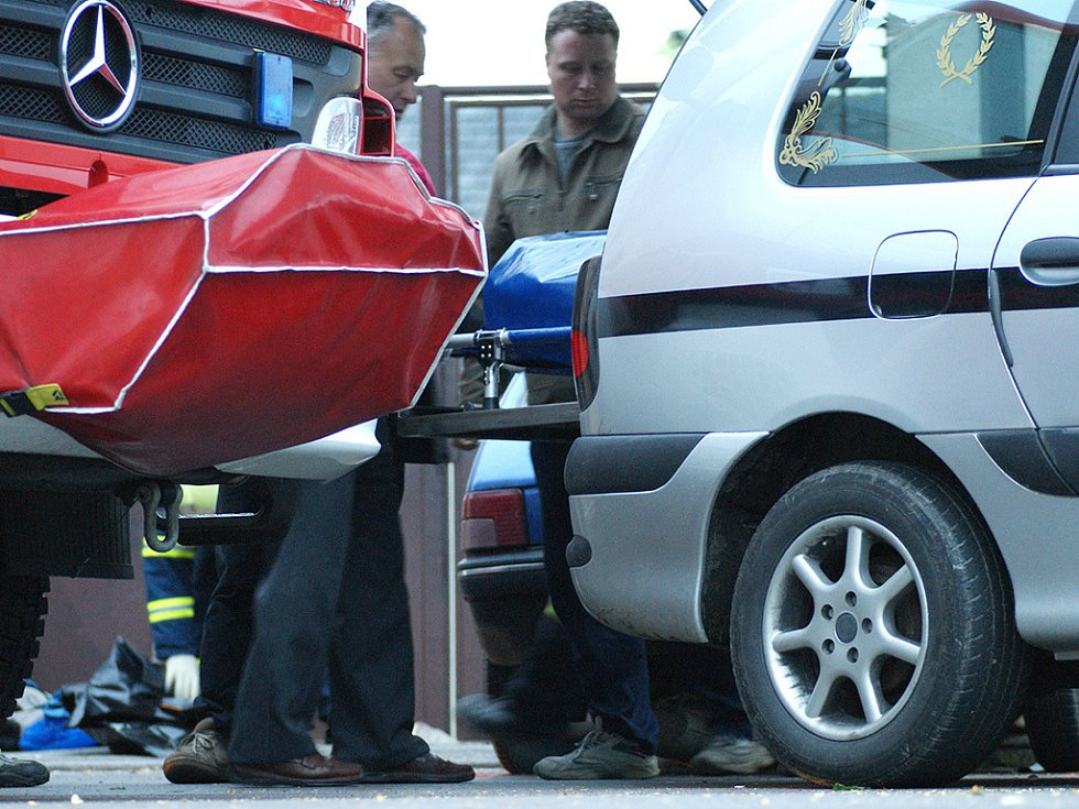 Z místa tragické nehody v Chrasti při níž zahynula matka s asi čtyřletým dítětem.