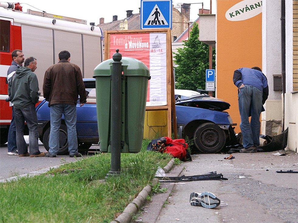 Řidič vjel na chodník, kde srazil a smrtelně zranil matku s dítětem. Sám skončil v nemocnici.