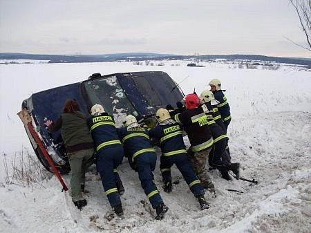Havarovaný vůze mezi Bylany a Heřmanovým Městcem (Chrudimsko) převrátili hasiči zpět na kola.