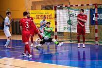 První vzájemný zápas musela Chrudim protočit oba brankáře, po červené kartě Rennana šel na začátku druhé půle mezi tyče mladý Daniel Javorski. A při své první ostré premiéře v lize nezklamal.