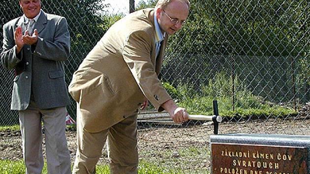 Když byla zahajována stavba první etapy kanalizace, nechyběl ve Svratouchu ani tehdejší ministr životního prostředí Libor Ambrozek, který poklepal na základní kámen.