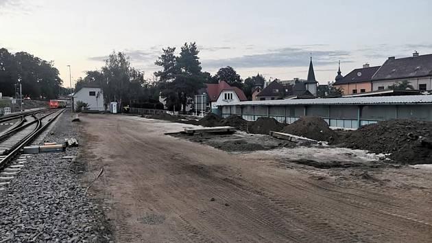 Za plakátovací plochou na chrudimském autobusovém nádraží vznikl po bourání budov značný prostor, který by mohl v případě prodeje pozemku mnohé vyřešit.