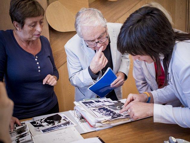 Vnuk Thomase Manna Frido při návštěvě Proseče prohlíží archivní dokumenty.