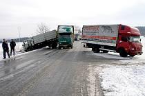 Řetězová kolize dvou kamionů.