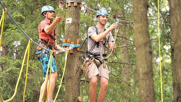 Provazolezci na Na Podhůře jsou jištěni lany a pod bedlivým dohledem přítomných instruktorů.