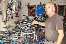 Sběratel Jiří Vavroušek z Košumberku otevře ve svém krámku v říjnu cyklistické muzeum.