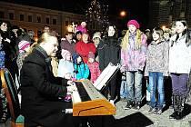 """Na Resselově náměstí v Chrudimi zněly krásné vánoční písně v rámci projektu """"Česko zpívá koledy""""."""