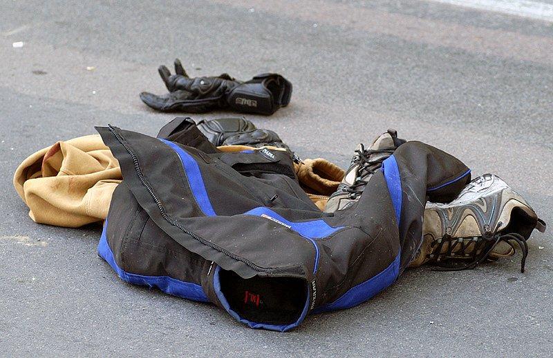 Nejen nabouraný stroj zbyl na silnici po vážně zraněném šoférovi Suzuki.