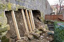 V Chrudimi v Lázeňské ulici se v únoru 2008 zřítila část hradební zdi.
