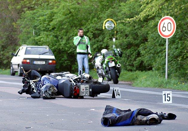 K vážné dopravní nehodě motorkáře došlo v Chotěnicích.