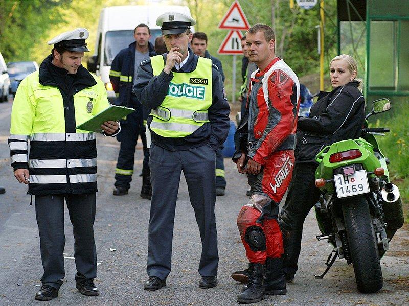 Dvojice motorkářů vpravo přežila jako zázrakem běz větších zranění. Dívka se stihla srážce vyhnout. Jejího přítele jedoucího za ní, který se s šoférem Suzuki srazil, ochránila kožená kombinéza.