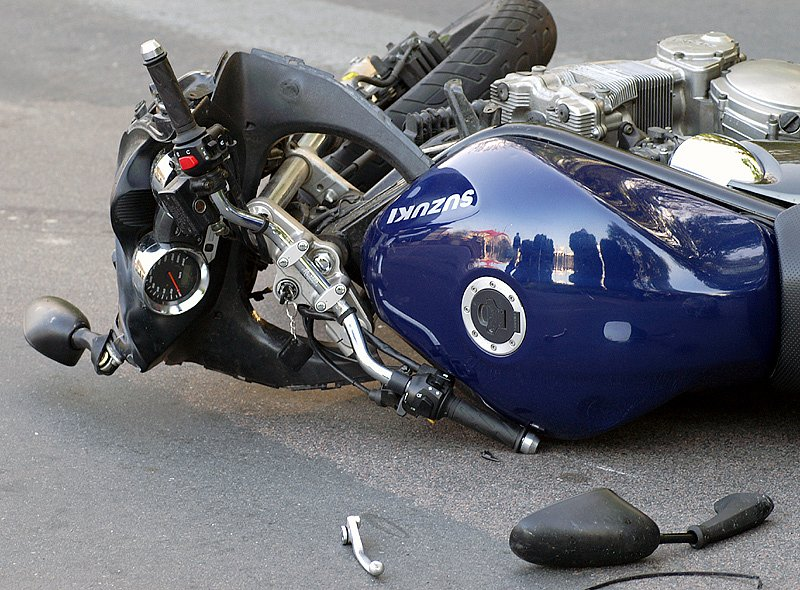Havarovaná motorka Suzuki.