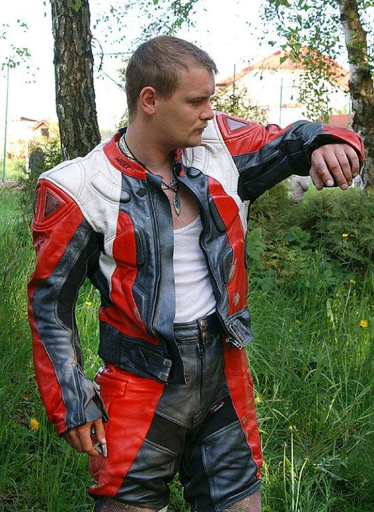 Jen pár drobnějších oděrek si ze srážky s motorkou Suzuki odnesl tento muž díky ochranné kombinéze.
