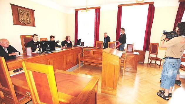 Jednačtyřicetiletý Chrudimák Miroslav Bohuněk odešel od soudu jednoletým podmíněným trestem.