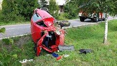 Auto skončilo se zdemolovaným zadkem napůl v příkopu.