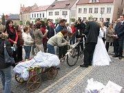 DO CHOMOUTU. V sobotu se v Hlinsku ženil externí fotograf Chrudimského deníku Radek Pavlík.