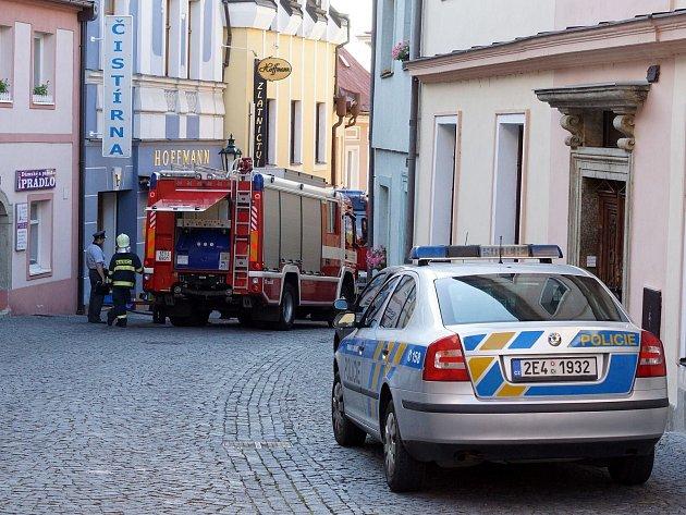 V bytě v centru Chrudimi hořelo. Hasiči rychlým zásahem uchránili majetek za čtvrt milionu korun.